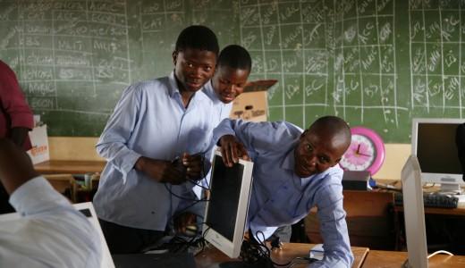 Elever hjälper till att koppla in datorerna