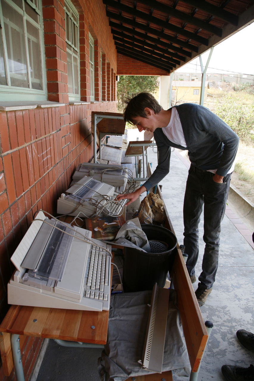 Vi hittade en hög med skrivmaskiner utanför datorsalen. Ut med det gamla och in med det nya!