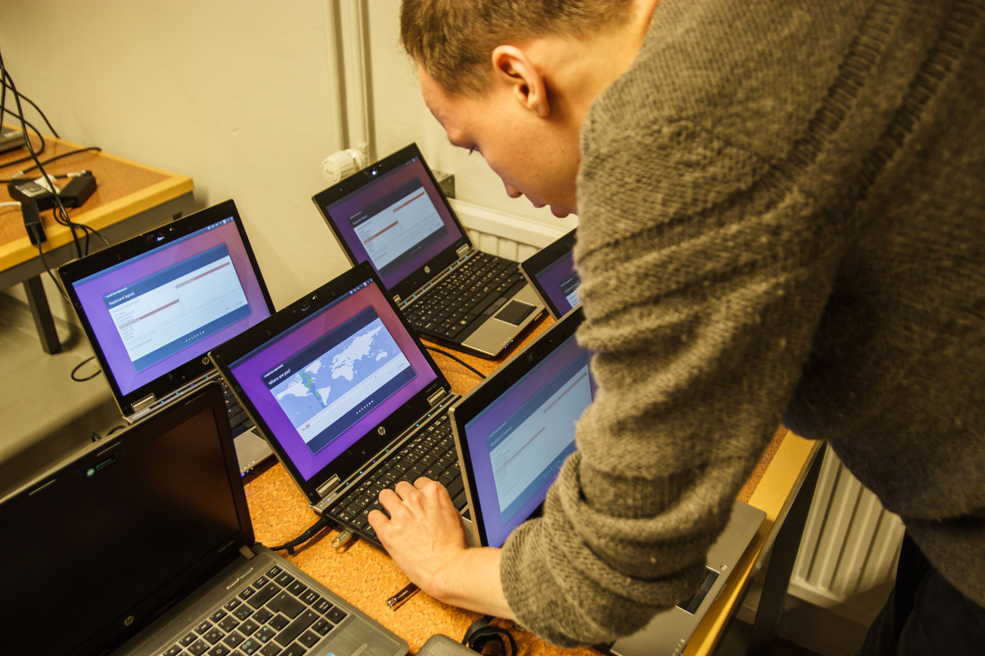 Hampus installing Ubuntu on the machines.